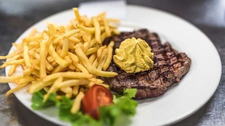 restaurant-cafe-du-soleil-incontournable-steak-pomme-frite-accompagne-de-sa-sauce
