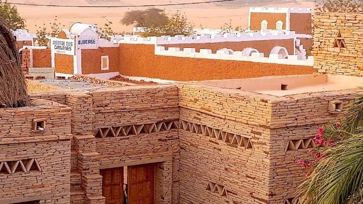 detours-mauritanie-a-atar-ville-de-chinguetti-blotti-au-milieu-des-plateaux-desertiques-de-adrar
