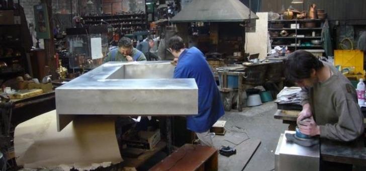 atelier-du-cuivre-a-villedieu-poeles-combiner-travail-manuel-et-mecanisation