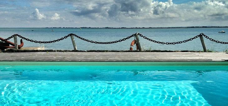 piscine-avec-vue-sur-mer-au-restaurant-maison-sur-eau-a-barbatre-sur-ile-de-noirmoutier