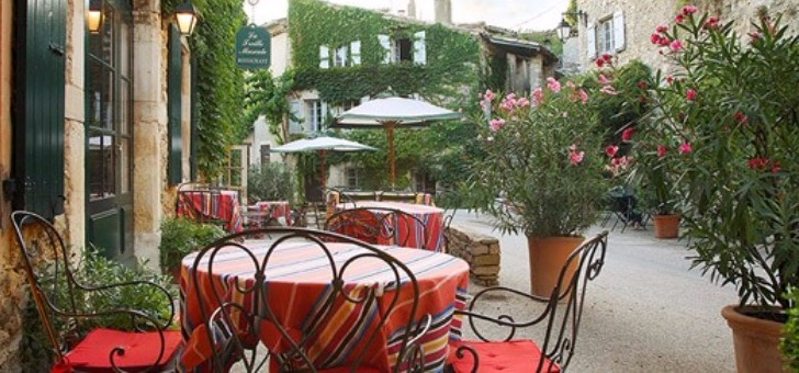 terrasse-verdoyante-restaurant-treille-muscate-a-cliousclat