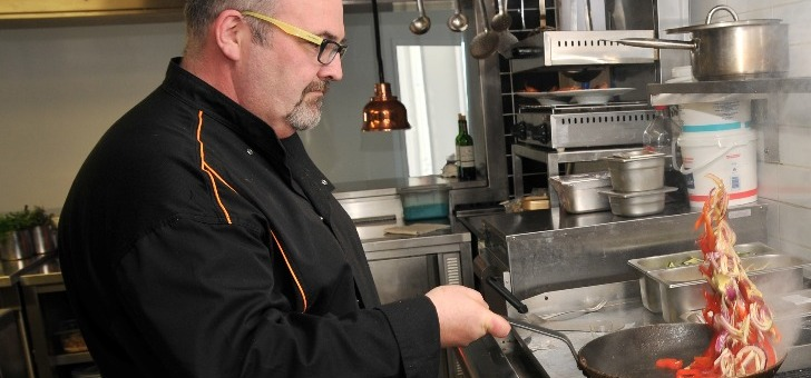 aux-fourneaux-lionel-menard-chef-est-loin-d-etre-court-d-imagination-inspirant-cuisine-de-sa-grand-mere-maternelle-realise-cuisine-traditionnelle-savoureuse-et-simple-produits-locaux-sont-a-honneur