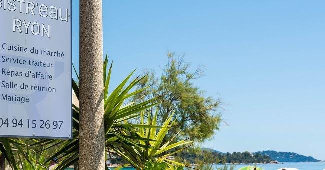 enseigne-du-restaurant-bistr-eau-ryon-situe-face-a-mer-sur-plage-de-saint-clair-du-lavandou