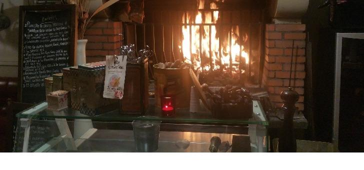 cheminee-et-salle-a-manger-du-restaurant-estanquet-a-montauban-une-cuisine-traditionnelle-avec-au-menu-de-cet-etablissement