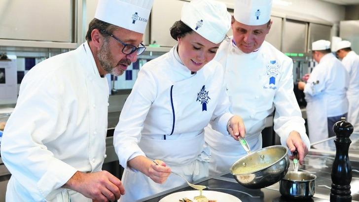 cordon-bleu-paris-etudiante-atelier-avec-chef-caussimon-et-chef-briffard