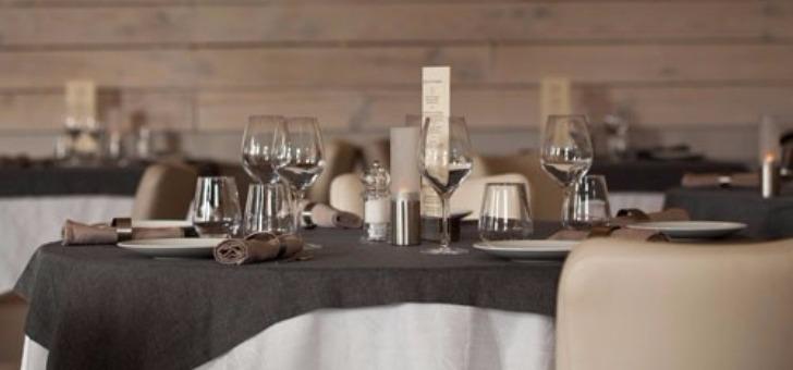 salle-a-manger-du-restaurant-remparts-a-bazas-confort-convivialite-bois-pierre-apparente-aux-tonalites-beige-creme