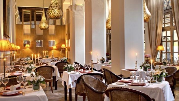 confortablement-installes-dans-ancien-salon-de-reception-du-riad-sous-hauts-plafonds-de-cedre-sculpte-restaurant-et-son-bar-intimiste-sont-fortement-empreints-du-charme-du-passe