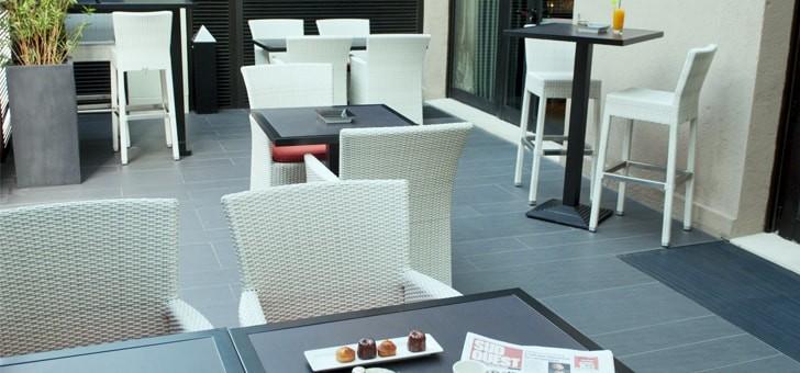 des-chaises-elegantes-resine-a-exterieur