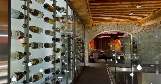 d-un-premier-coup-d-oeil-remarque-280-bouteilles-maintenues-apesanteur-exhibees-medailles-derriere-une-grande-paroi-vitree