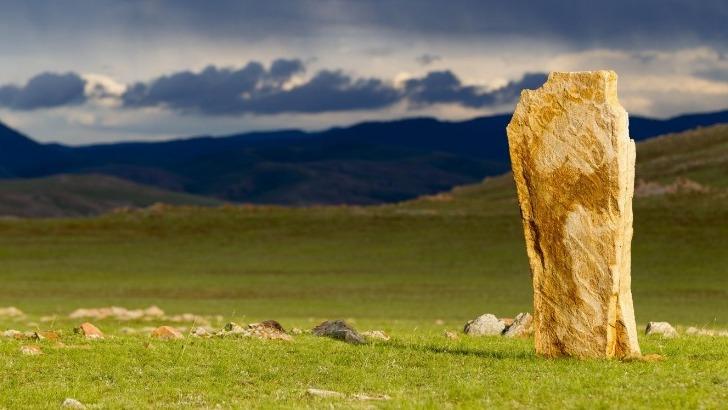 horseback-mongolia-admirer-steles-de-cervides-dans-steppe-marquant-tombeaux-des-mongols-sous-periode-des-huns