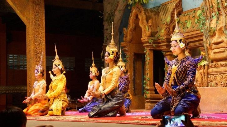 agence-seripheap-a-phnom-penh-de-vraies-decouvertes-ici-une-demonstration-de-danse-traditionnelle