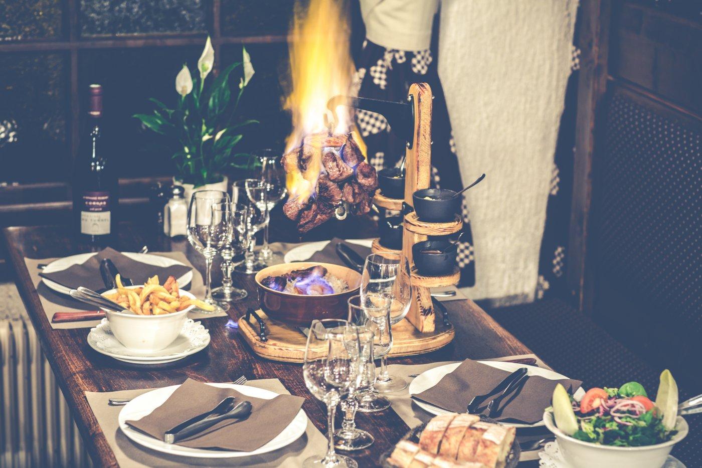 etale-a-morzine-pouvez-aller-pour-un-repas-sur-pouce-midi-comme-pour-un-festin-tard-soir