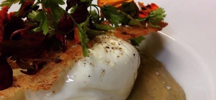 burrata-et-caviar-d-aubergine-chips-de-pain-et-salade-de-jeune-pousse-au-restaurant-gazette-a-paris-16