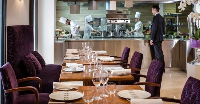 effet-restaurant-duc-de-hotel-westminster-propose-cuisine-ouverte-laissant-ainsi-convives-privilege-d-admirer-brigade-action