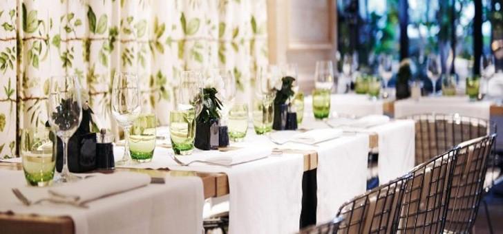 sur-fond-tonalites-vegetales-lulli-restaurant-paris-deux-etoiles-michelin-offre-belle-luminosite-ajouter-une-grande-verriere-installee-tout-long-restaurant