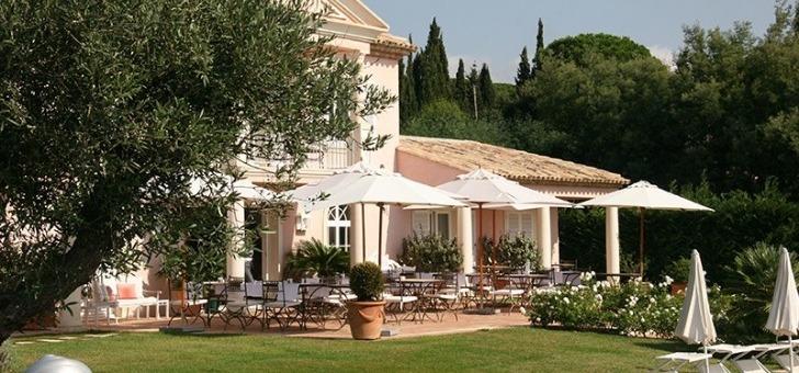 hotel-restaurant-villa-rosiers-a-grimaud-vue-du-jardin-et-de-terrasse-de-cet-etablissement-de-luxe