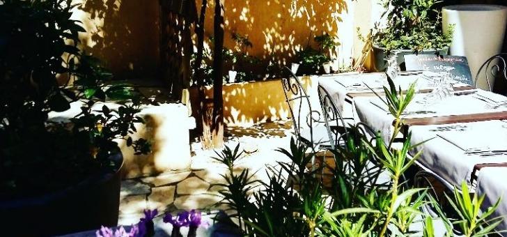 restaurant-jardins-de-orangeraie-a-roquebrune-terrasse-au-printemps