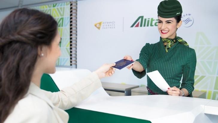 alitalia-un-personnel-de-bord-a-votre-service-avant-et-pendant-vol