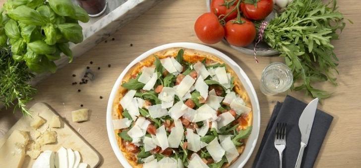 celebre-pizza-bruschetta-ingredients-sont-des-tomates-marinees-dans-un-melange-d-huile-d-olive-et-d-ail-avec-de-roquette-et-du-grana-padano-d-o-p