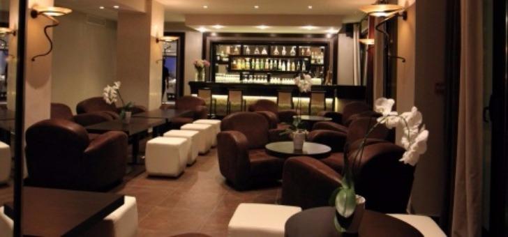 bar-lous-du-z-restaurant-situe-sur-golf-de-roquebrune-resort-etablissement-5-etoiles-dans-var-pour-diner-dejeuner-et-passer-un-sejour-d-exception