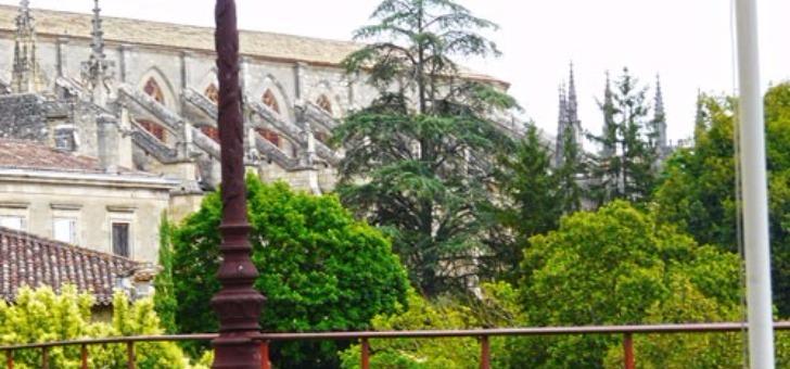 restaurant-remparts-avec-une-vue-sur-cathedrale-saint-jean-baptiste-de-bazas