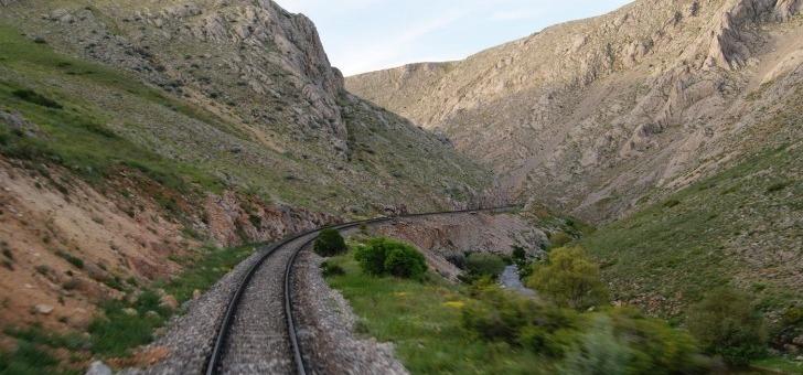 voyager-train-c-est-choisir-de-prendre-temps-de-laisser-guider-a-travers-paysages-et-de-decouvrir-monde-autrement