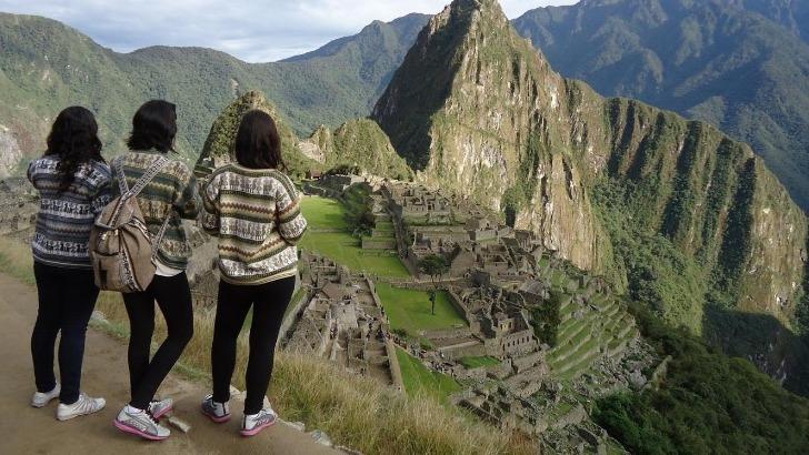 grandir-aventure-des-jeunes-voyageuses-devant-machu-picchu-au-perou