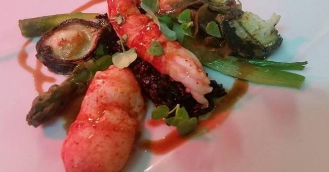demi-homard-bleu-snacke-et-ormeaux-bretons-sur-un-riz-venere-au-jus-de-carapaces