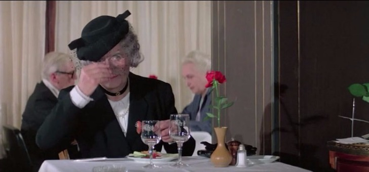 Film-L-aile-ou-la-Cuisse-scène-au-restaurant-l-inspecteur-Guide- Duchemin-ou-Gault-et-Millau