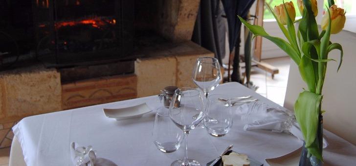restaurant-source-de-peyssou-a-saint-avit-senieur-table-devant-cheminee