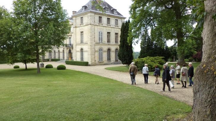 evader-famille-groupe-pour-decouvrir-une-terre-riche-histoire-chateau-de-montgobert
