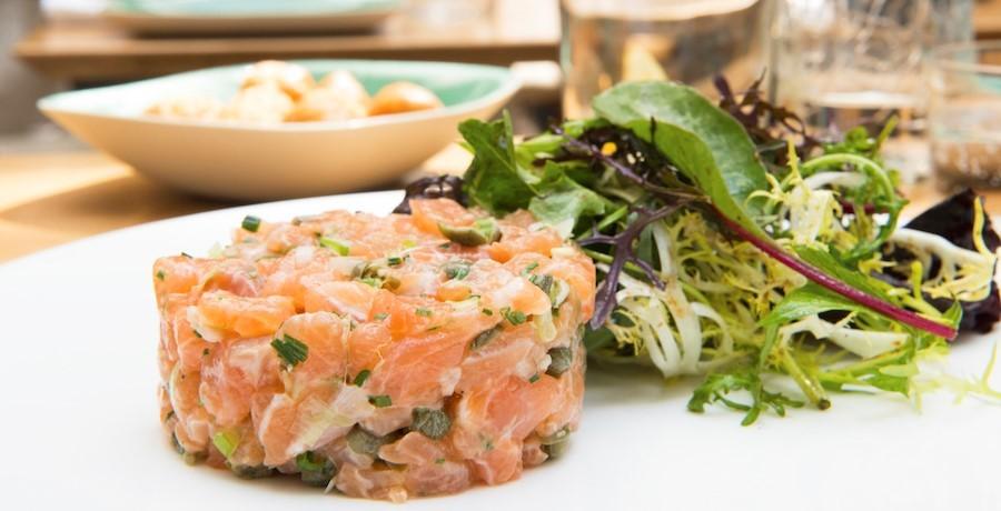 restaurant-comptoir-des-galeries-a-bruxelles-des-plats-de-saison-respirent-fraicheur-tartare-classique-de-boeuf-au-saumon-sauvage