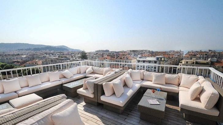 splendid-hotel-terrasse-offre-une-vue-panoramique-sur-ville-de-nice