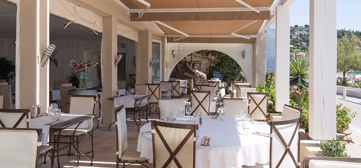 terrasse-du-restaurant-bistr-eau-ryon-au-lavandou-face-mer-mediterranee
