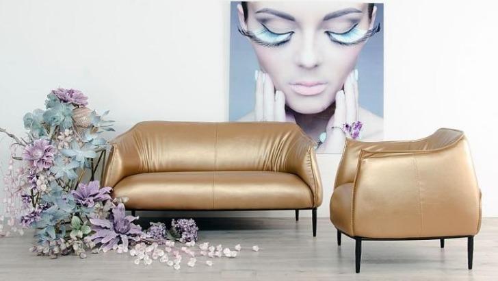 canape-2-places-simili-cuir-de-couleur-or-de-gamme-golden-design-fait-part-belle-aux-details-de-qualite-forme-des-accoudoirs-qualite-des-coutures-grainage-et-structure-fine-metal-proposent-alors-un-grand-agrement-visuel