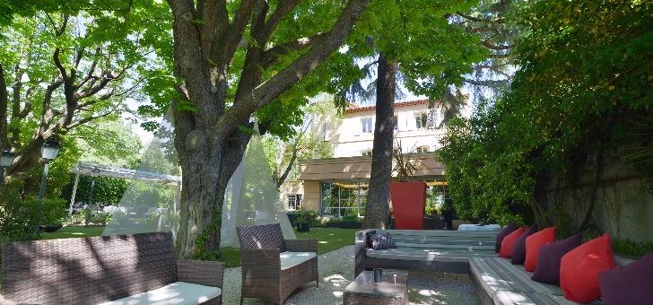 la-terrasse-et-jardin-du-restaurant-l-esprit-de-la-violette