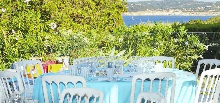 terrasse-jardin-du-restaurant-santons-a-grimaud-avec-une-belle-vue-mer-et-sur-paysages-de-provence-etablissement-etoile-de-qualite-3-fourchettes-au-guide-michelin