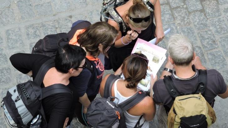 mont-saint-michel-voyages-des-guides-professionnels-font-decouvrir-site-incontournable-de-meilleure-facon
