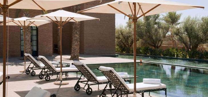piscine-exterieure-senteur-des-oliviers-a-ombre