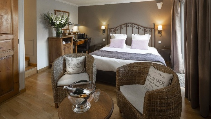 hotel-de-horloge-a-avignon-chambres-elegantes-et-sobrement-decorees-invitent-a-detente