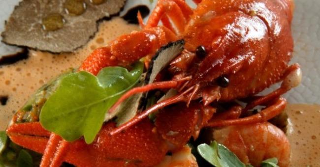 homard-bleu-vivement-saute-perles-de-legumes-champignons-du-pays-demi