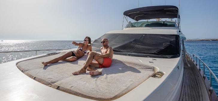nautal-bain-de-soleil-sur-un-yacht-de-luxe