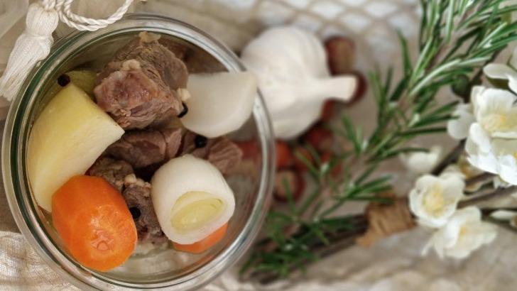 des-ingredients-frais-et-locaux-conditionnes-dans-des-bocaux-de-verre