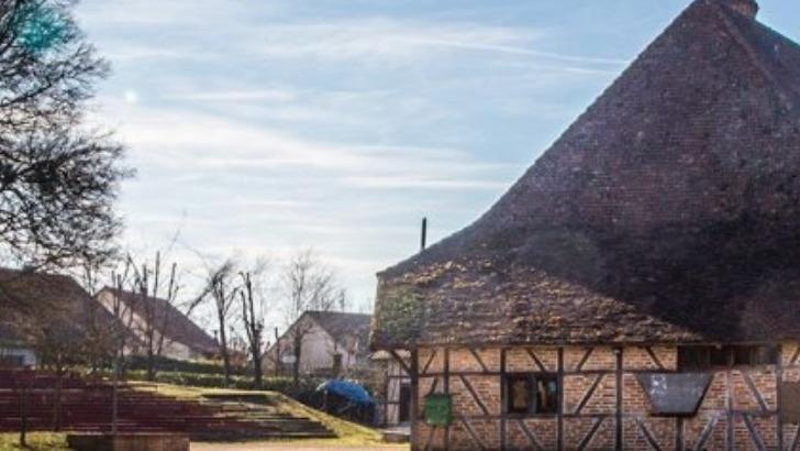 grange-rouge-a-chapelle-naude-des-activites-autour-de-gastronomie-brocante-musiques-et-danses-traditionnelles-conte-et-theatre-vannerie