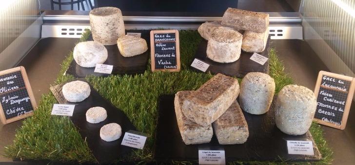 une-selection-de-fromages-de-region-un-sourcing-de-qualite-signe-par-restaurant-traiteur-xavier-gourmet-au-puy-velay