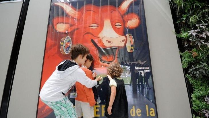maison-de-vache-rit-a-paris-fait-bonheur-des-enfants-du-monde-entier