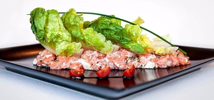 plat-tartare-de-saumon-du-restaurant-111-a-douvaine-cuisine-francaise-et-bistronomique-inventive-et-creative