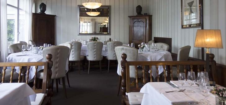 au-niveau-du-design-si-partie-restaurant-est-simple-et-elegante-du-cafe-est-bien-plus-decontractee-tout-restant-tres-calme