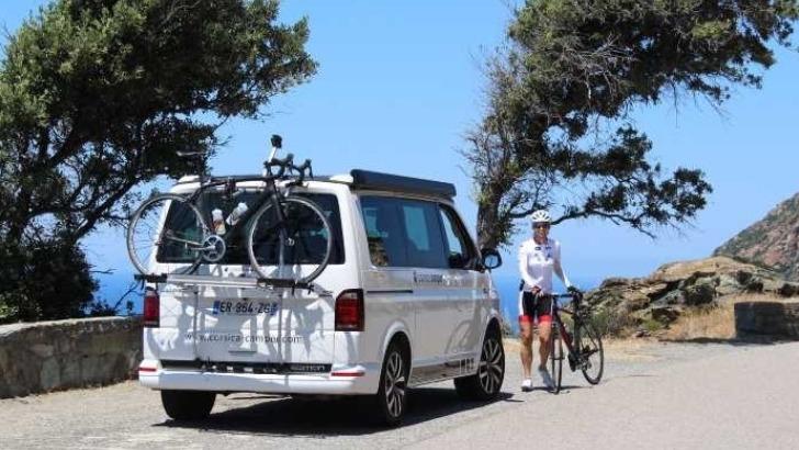 corsica-camper-explorez-meilleures-destinations-d-europe-randonnee-a-velo-avec-un-autre-vehicule