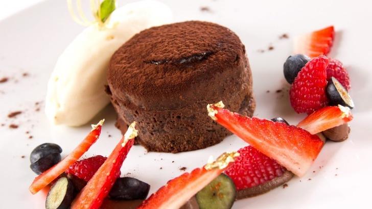 fondant-au-chocolat-et-sa-glace-a-vanille-restaurant-jardins-de-medina